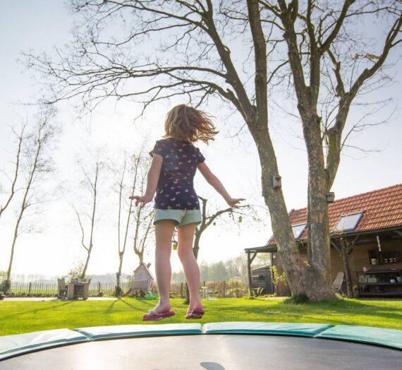 Jak przymocować siatkę do trampoliny?